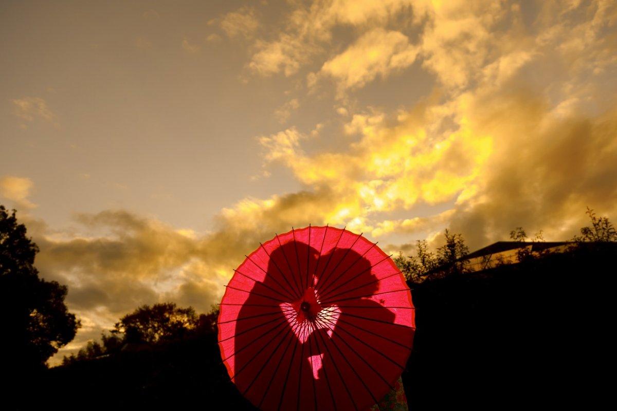 真っ赤に染まる紅葉と夕日を楽しみながら