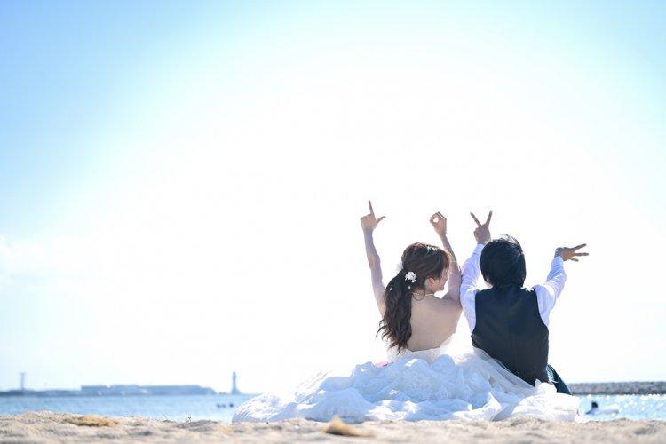 目の前に広がる海で愛を誓う新郎新婦