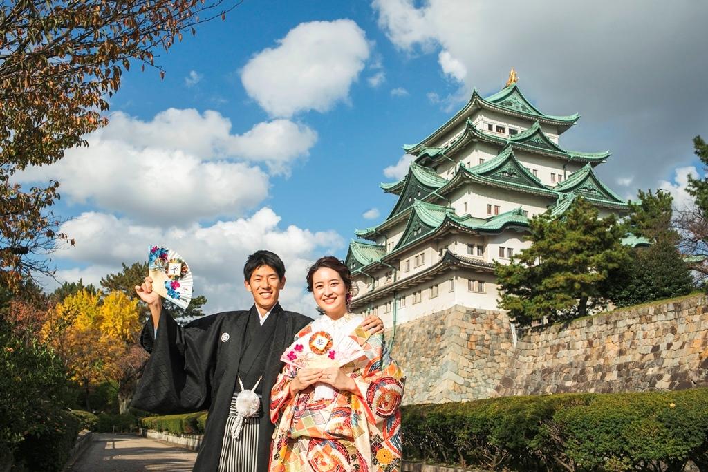 青空の下、名古屋城をバックに和装撮影。