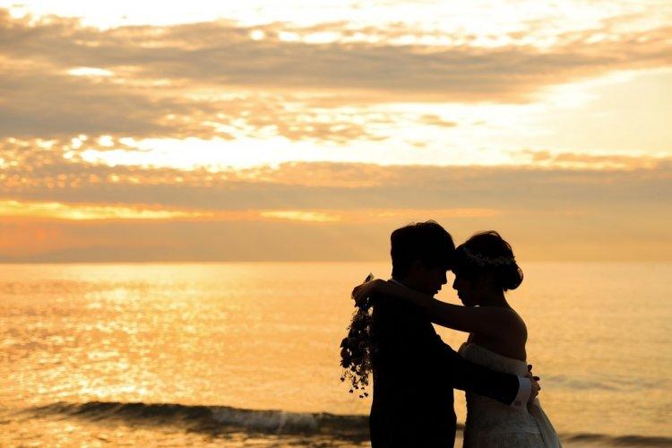 夕日と新郎新婦の影