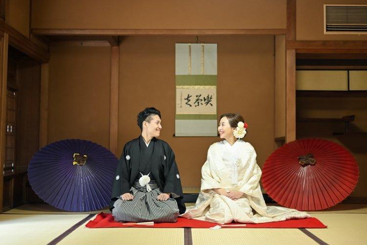 東山荘のお茶室で正座のポーズで向き合う二人