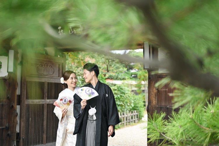 東山荘の門の前で和装前撮り撮影をしているふたり