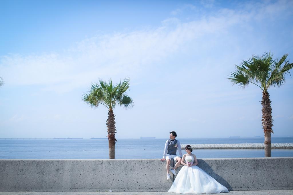りんくうビーチとヤシの木と新郎新婦