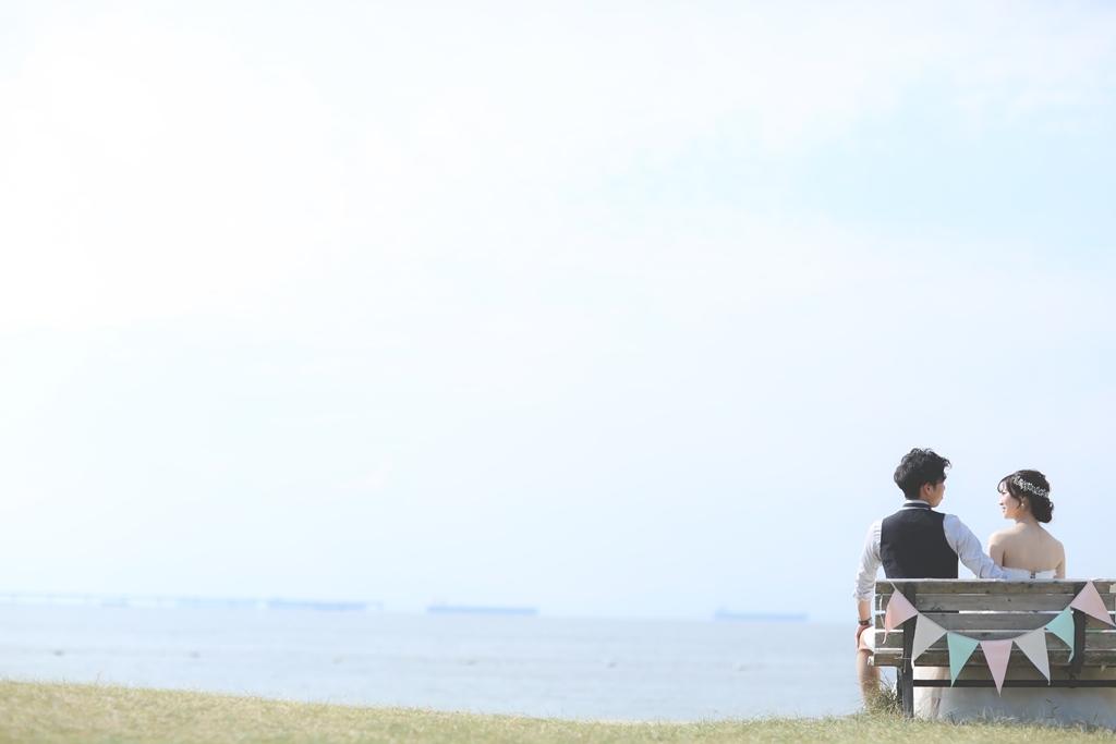 りんくうビーチのベンチに座っている夫婦