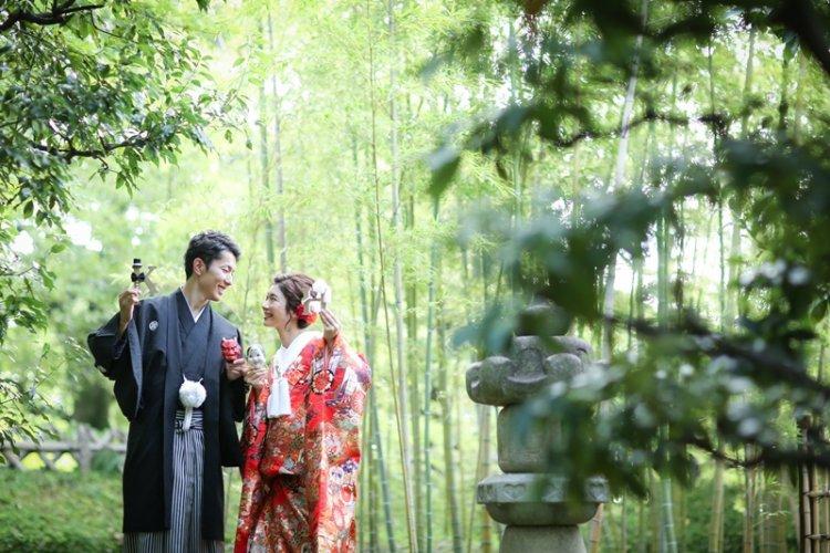 桐蔭茶席の人気竹林の前で撮影したロケーションフォト