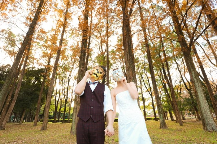 紅葉の庄内緑地公園とカップル