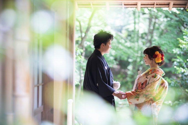 手を繋いで向き合う夫婦
