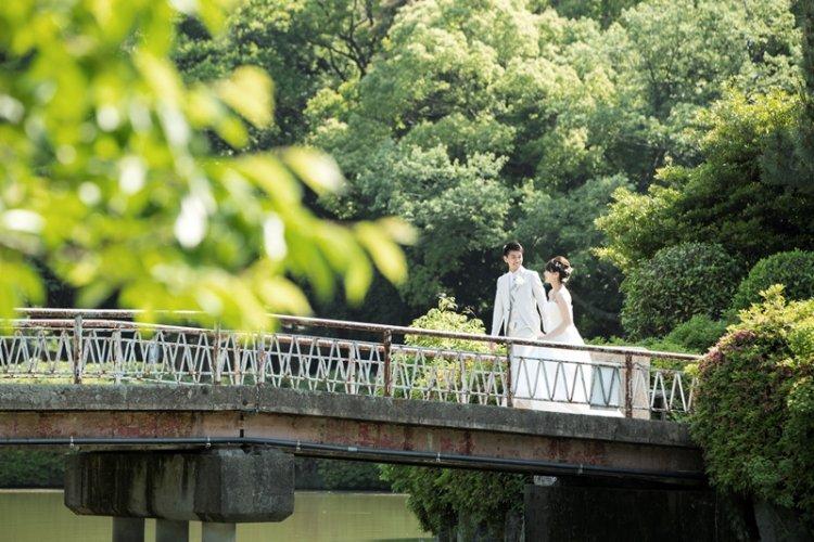 名城公園の橋の上でロマンチックなウェディングフォト