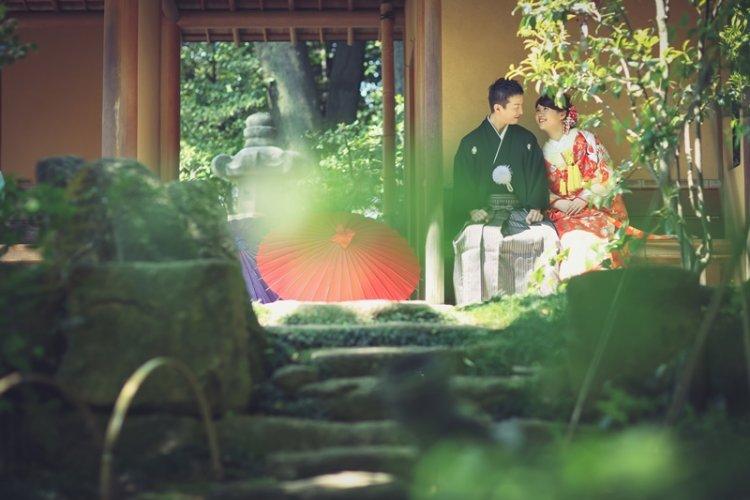 徳川園の石畳の上の階段に座っている夫婦