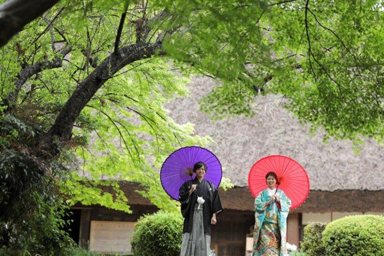 宗節庵の合掌造りの家の前で撮影した結婚写真