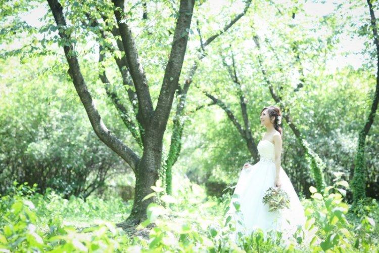 庄内緑地公園の緑と新婦さん